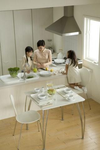 キッチンの母と子