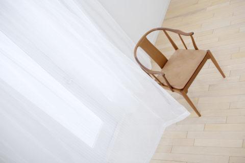 カーテンと椅子