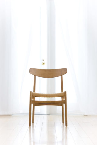 なびくカーテンと椅子