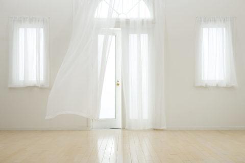 なびくカーテン