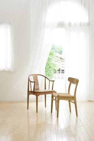 なびくカーテンと2脚の椅子