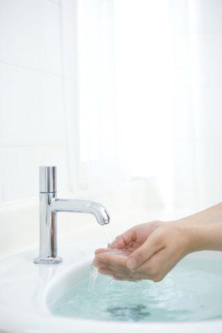 洗面所 水を受ける手