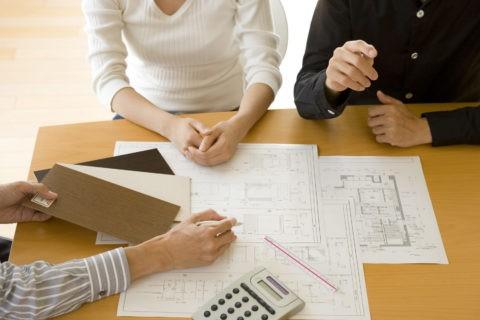 設計図を見る男性と女性