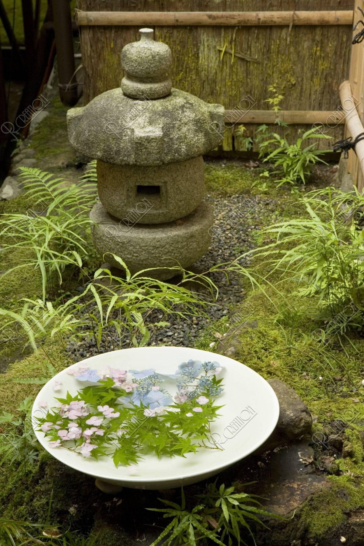 アジサイと青楓の水盤と灯篭
