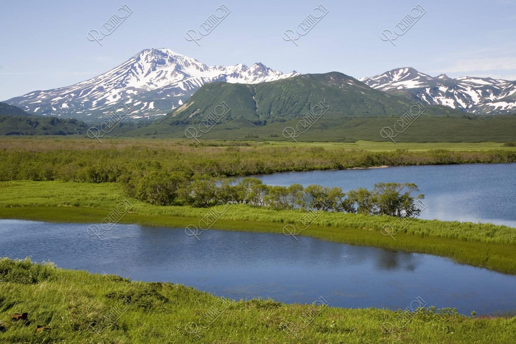 クリル湖とカンバリヌィ火山