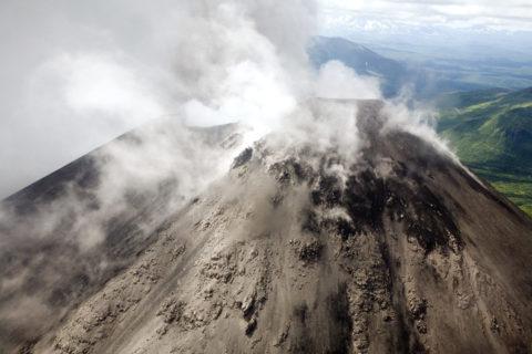 噴煙を上げる火山 世界遺産