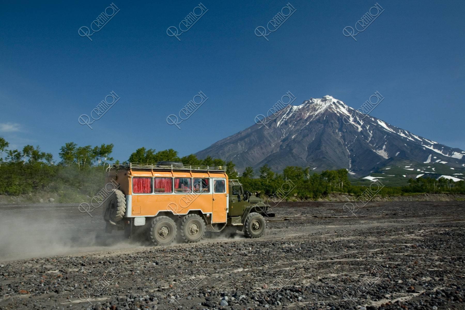 コリャークスキー火山と6輪駆動車 アバチャ高原