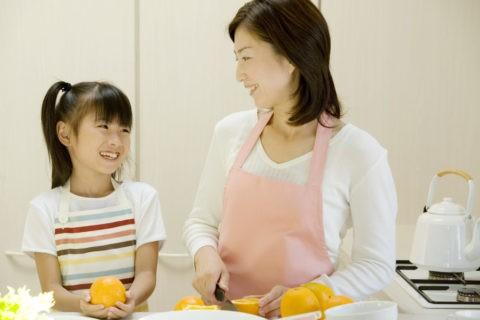キッチンの母と娘