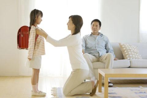 ランドセルの女の子と両親