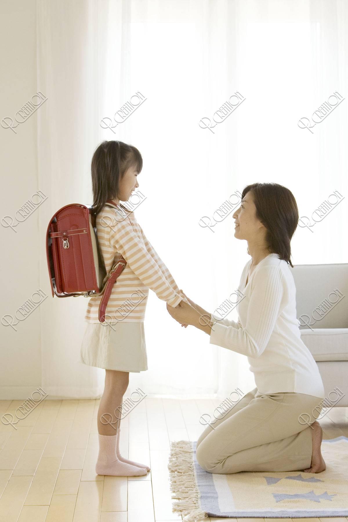 ランドセルの女の子と母