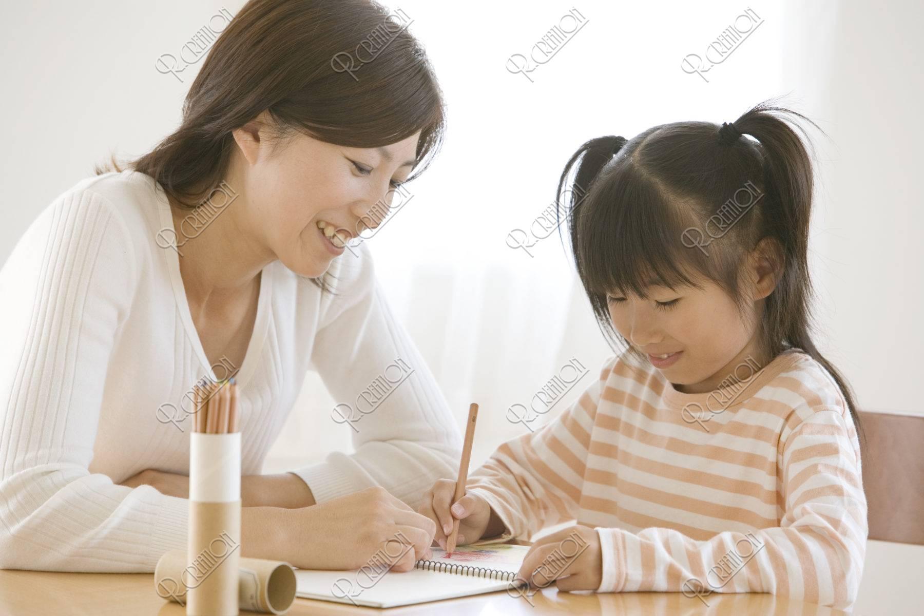 母と絵を描く女の子