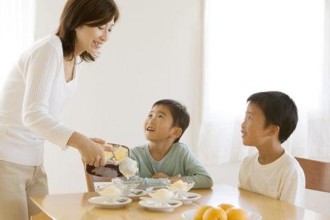 アイスクリームを分ける母と兄弟