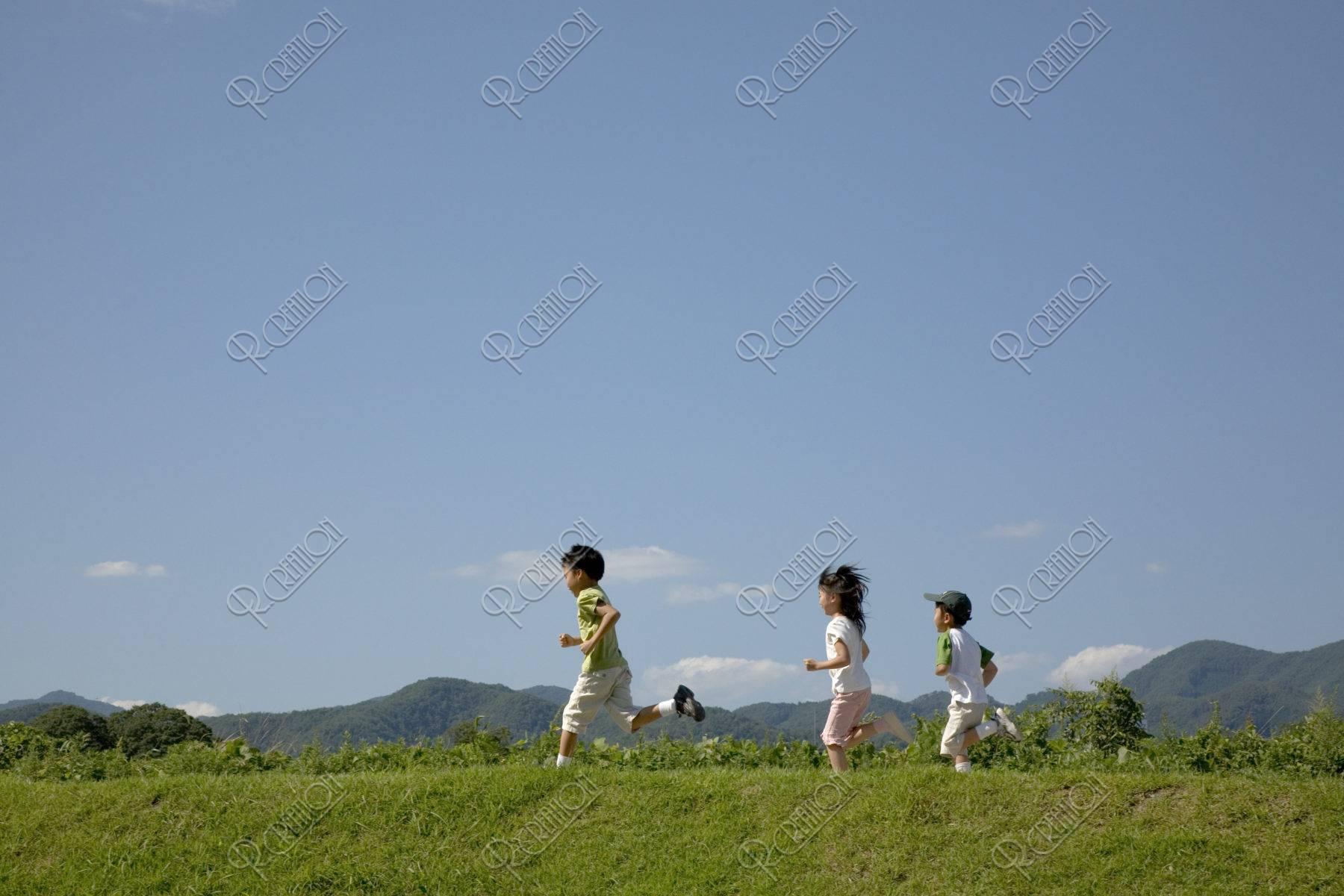 土手を走る子供達