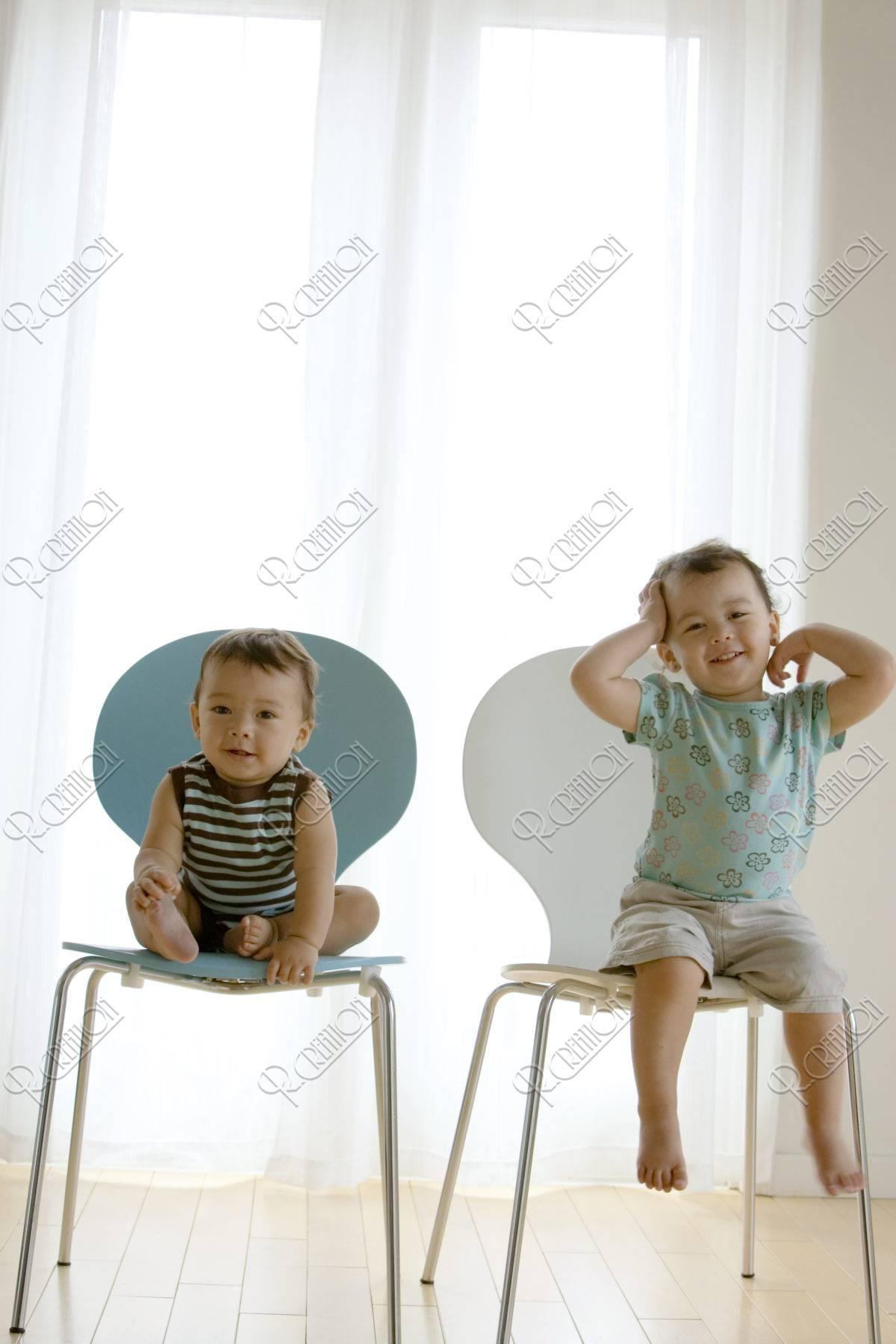 椅子にすわる姉弟