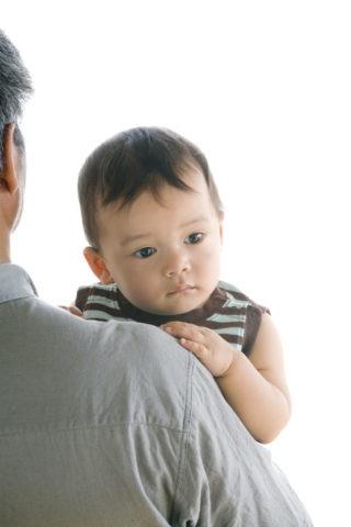 抱かれる赤ちゃん