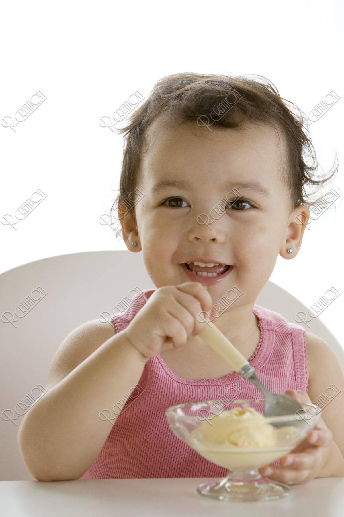 アイスクリームを食べる女の子