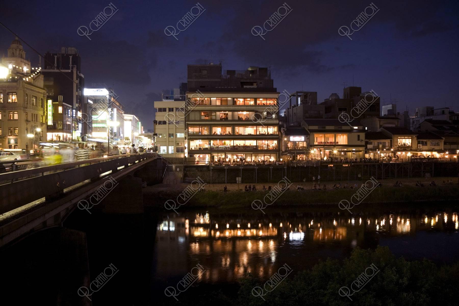 夏の夜の四条大橋付近