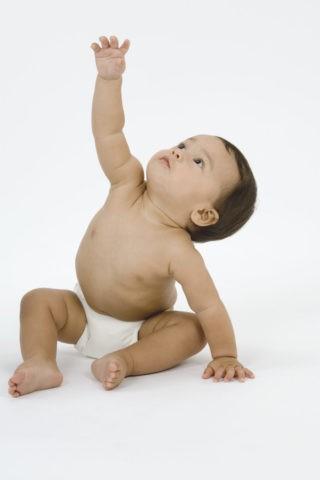 手を挙げる赤ちゃん
