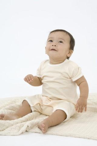 ベビー服の赤ちゃん