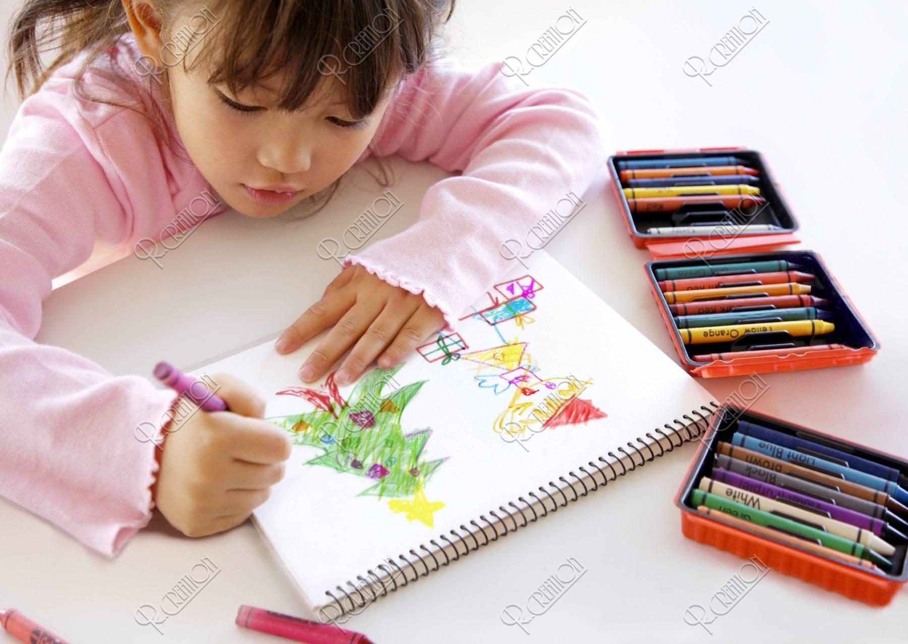 クリスマスツリーを描く女の子