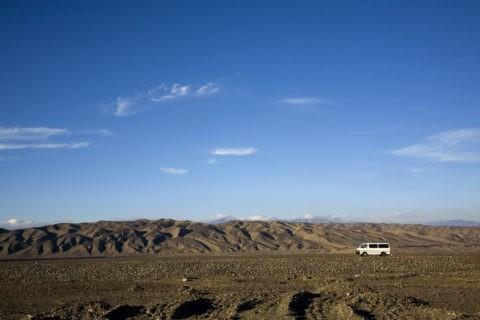 砂漠の中を走る車