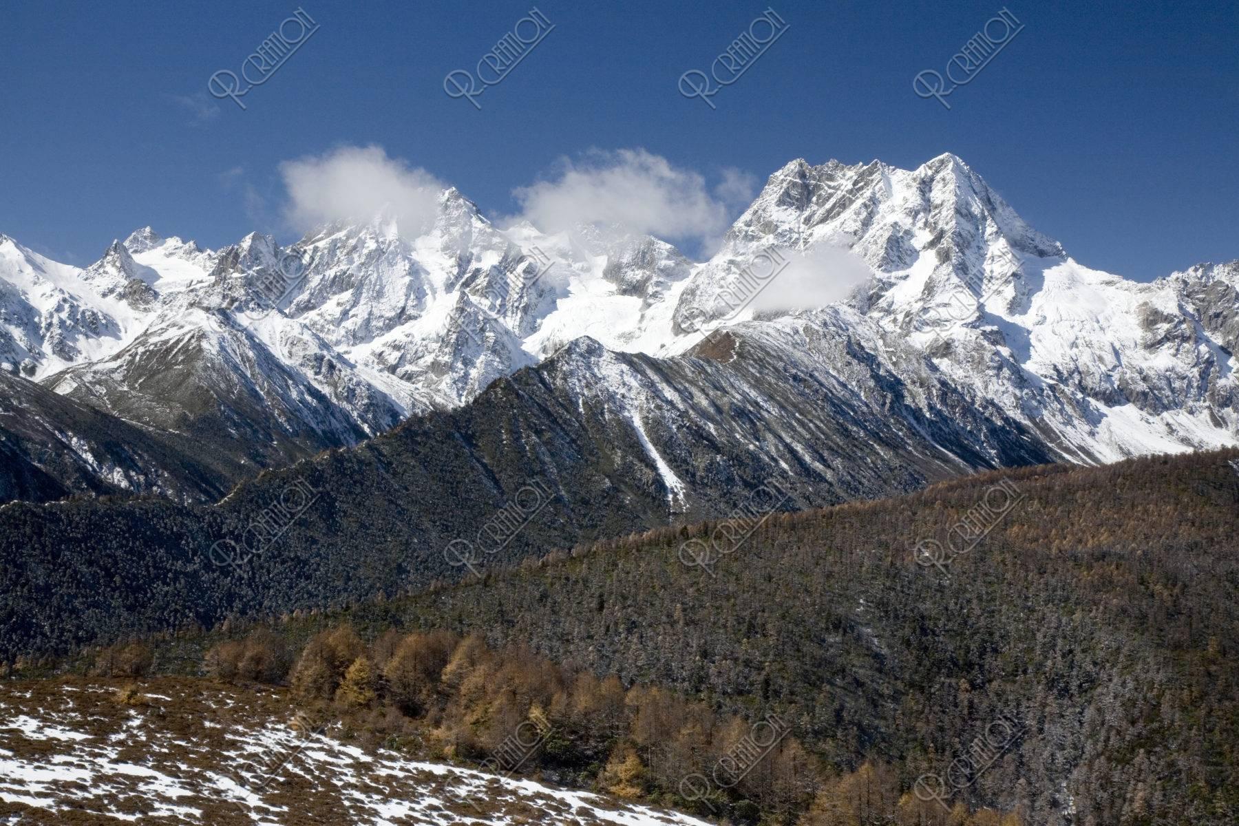 新雪の白馬雪山 徳欽 世界遺産