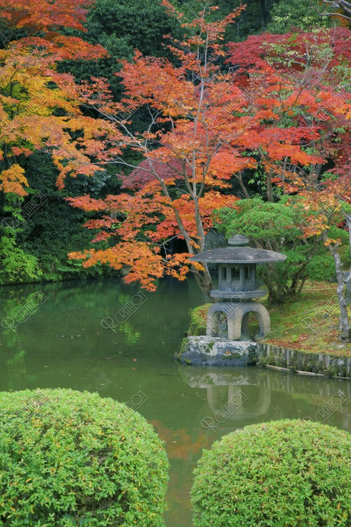 嵯峨釈迦堂の庭 紅葉と灯篭