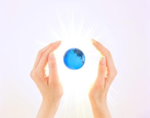 女性の手と地球 CG