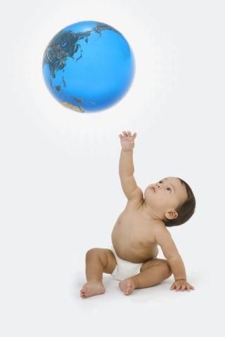 ガラスの地球儀と赤ちゃん CG