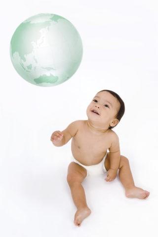 ガラスの地球儀と裸の赤ちゃん CG