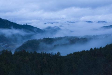 栗尾峠からの朝もやと京北の山並み