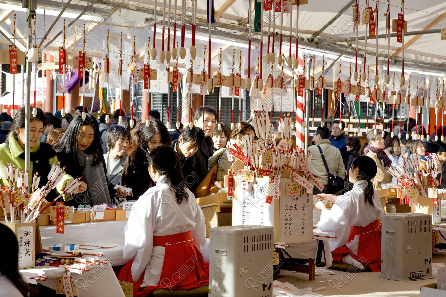 八坂神社 破魔矢と初詣の人々