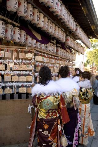 八坂神社 着物姿の初詣の女性