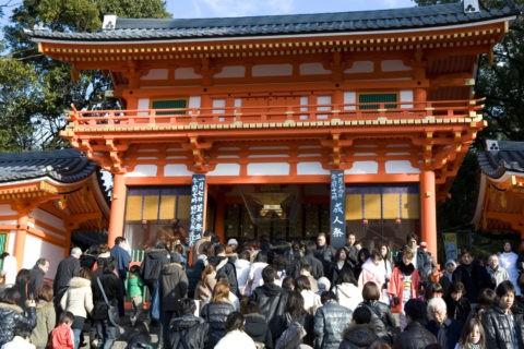 八坂神社 西楼門と初詣の人々