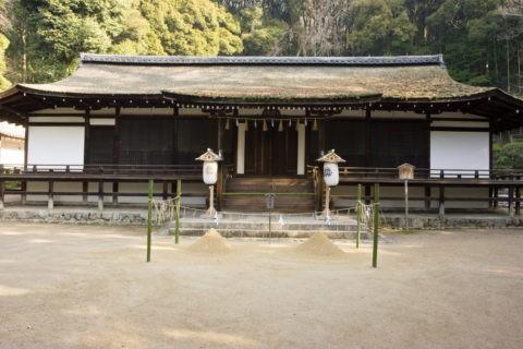 国宝 宇治上神社拝殿と清めの砂 W