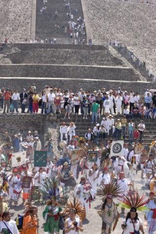 ピラミッド崇拝信者の集団