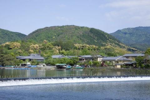 新緑の嵐山と小倉山
