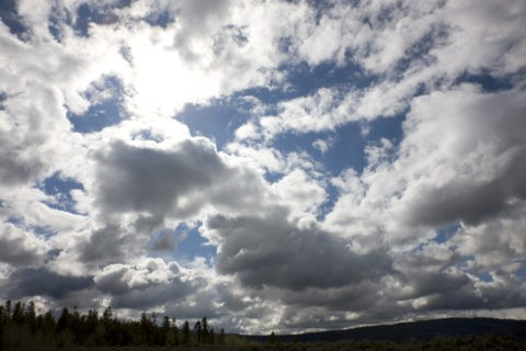地平線と光る雲