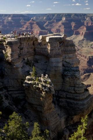 グランドキャニオン展望台の観光客 世界遺産