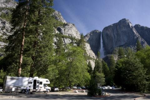 ヨセミテ滝とキャンピングカー ヨセミテ国立公園 世界遺産