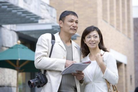 地図を見る夫婦