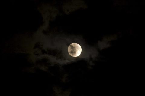 満月とむら雲