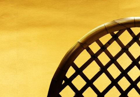 金和紙の上の竹垣