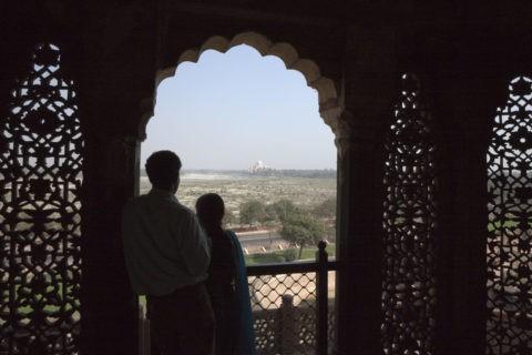 アーグラ城 タージマハールとカップル 世界遺産