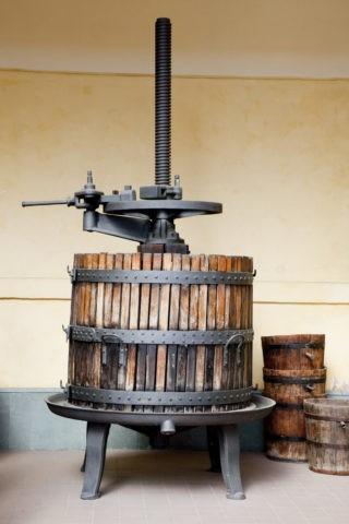 昔のブドウ搾り機