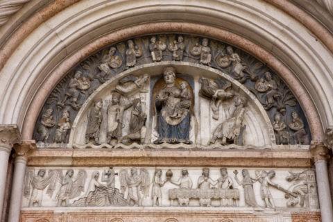 パルマ 洗礼堂 正面の彫刻