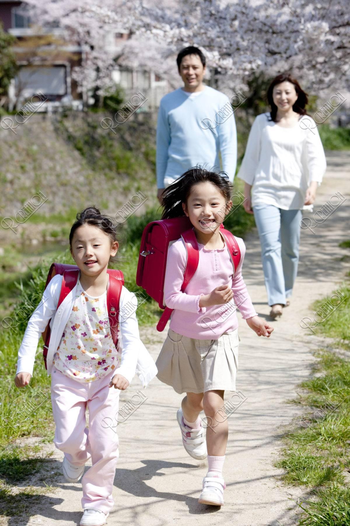 桜の道の家族