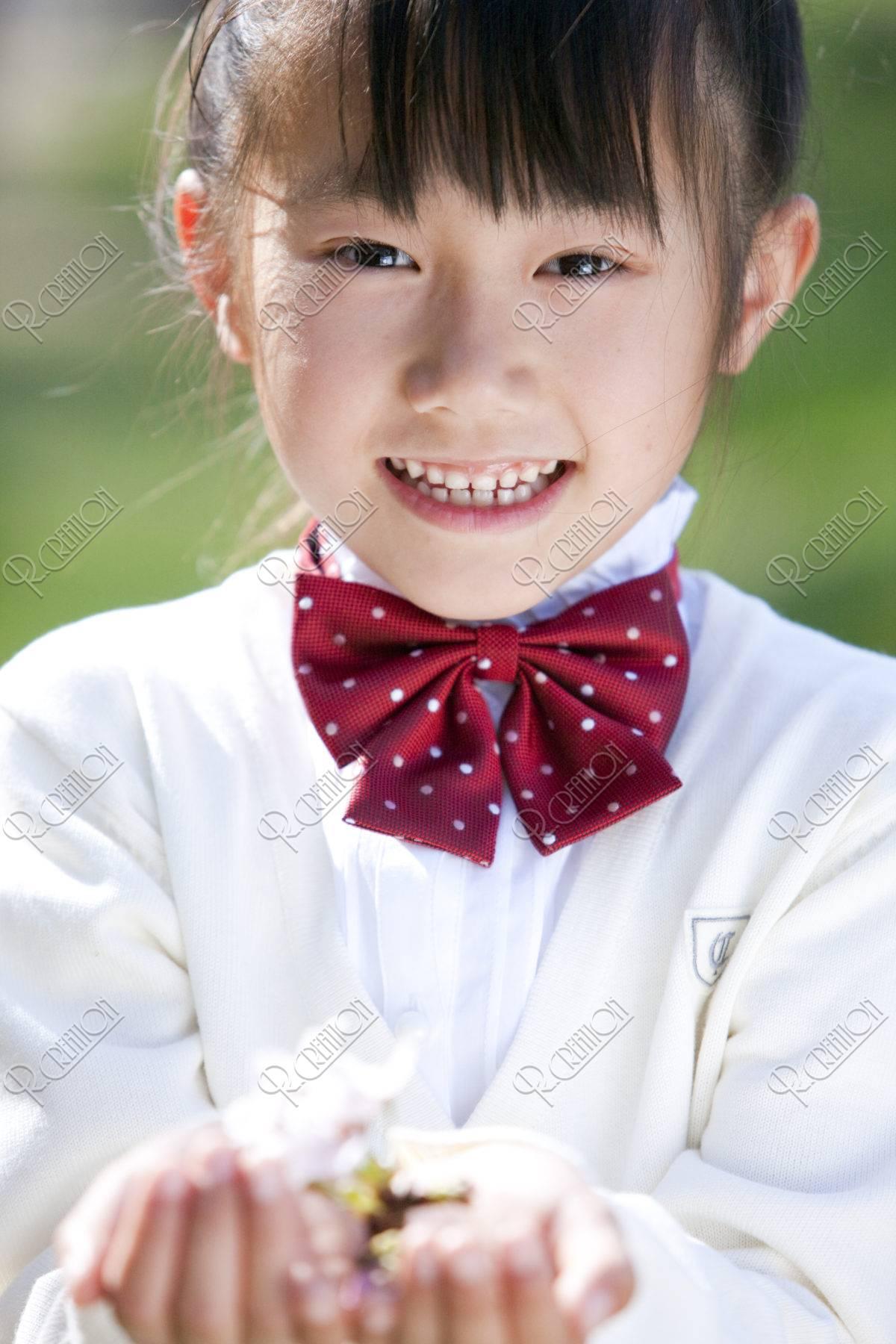 桜の花を持つ女の子