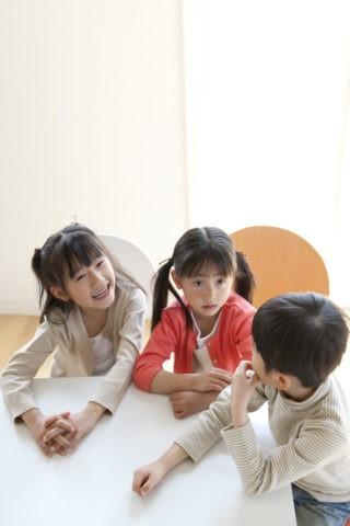 テーブルでおしゃべりする子どもたち
