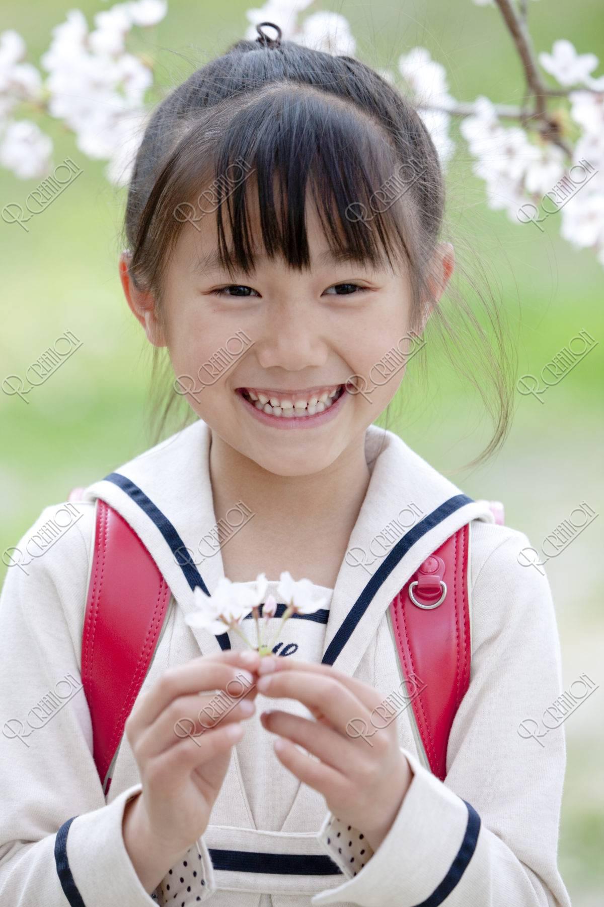 桜の花を持つ小学生